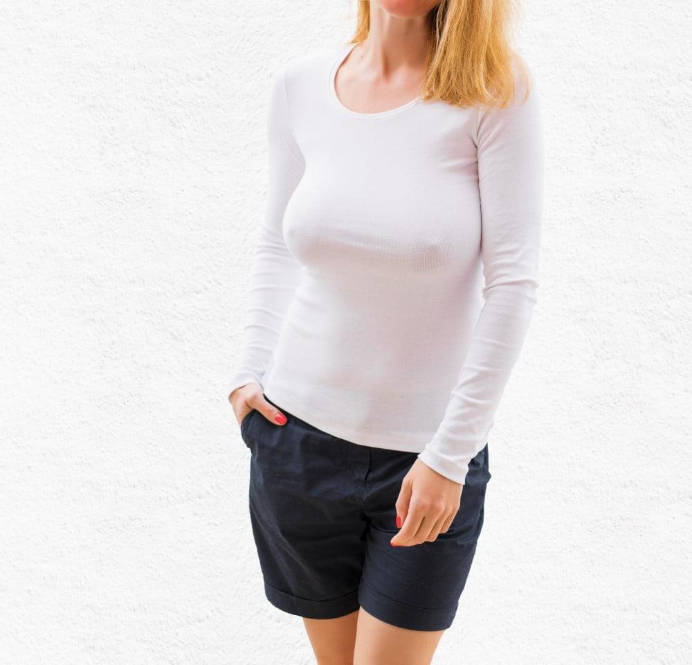 Kvinde iført langærmet t-shirt